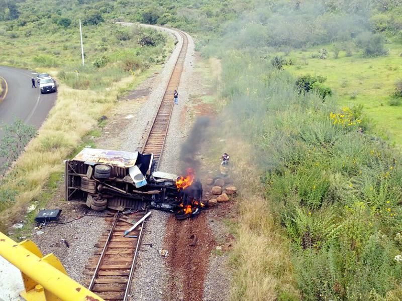 Normalistas queman vehículo y bloquean carretera en Michoacán