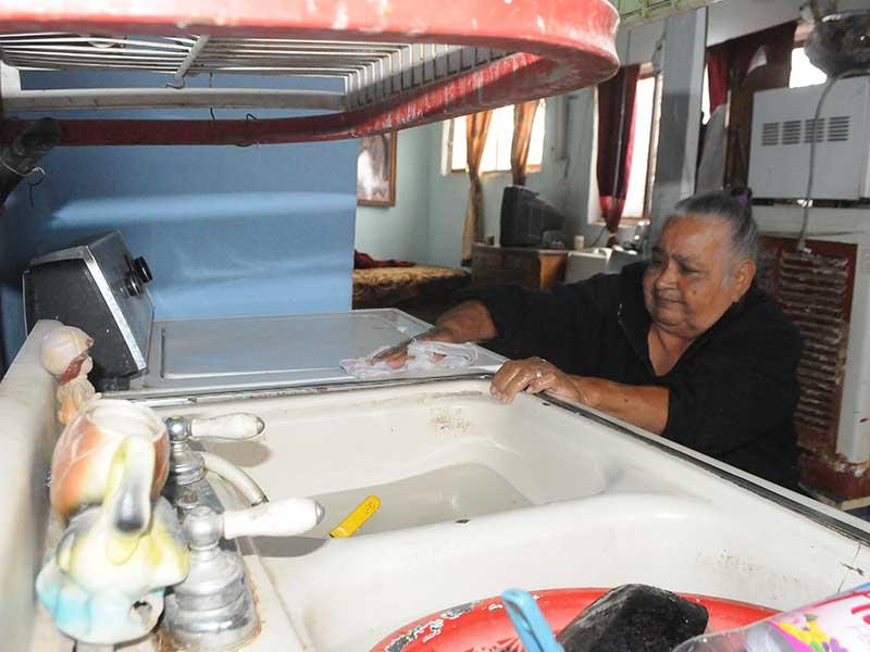 Doña Cruz Cervantes Andrade, vive sola, enferma y sin ayuda, en la calle Ecatepec número 3197, de la colonia Emiliano Zapata, tiene 67 anos, viuda desde hace cuatro. Padece de alta presión y deabetes, y se maneja en una silla de ruedas, que requiere de reparación,  la pension que recibe se le vá en pagar para que la trasladen al seguro Social a recibir consulta, que en ocaciones son hasta cuatro veces al mes, quien la lleva, le cobra hasta 250 pesos, por viaje. Dona Cruz, vive en dos cuartitos de tres por tres