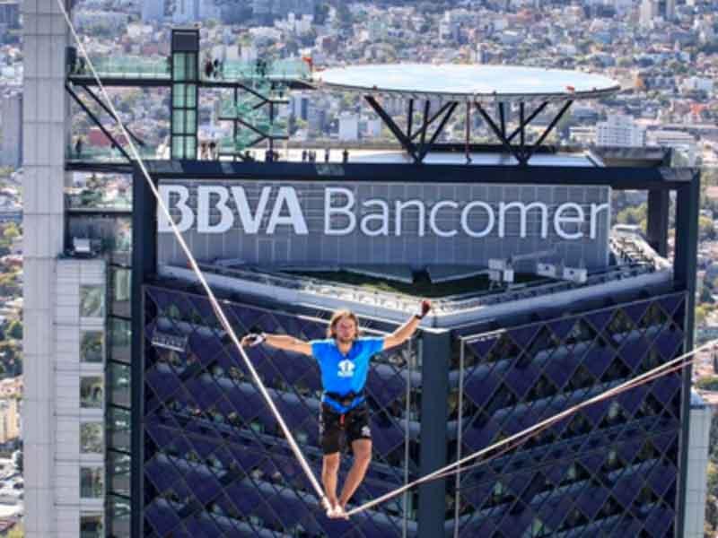 Hombre cruza cuerda floja a 246m de altura en CDMX
