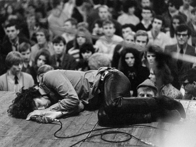 Subastan poema de Jim Morrison hallado en hotel donde ...