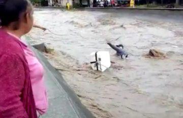 Hombre arrastrado por arroyo