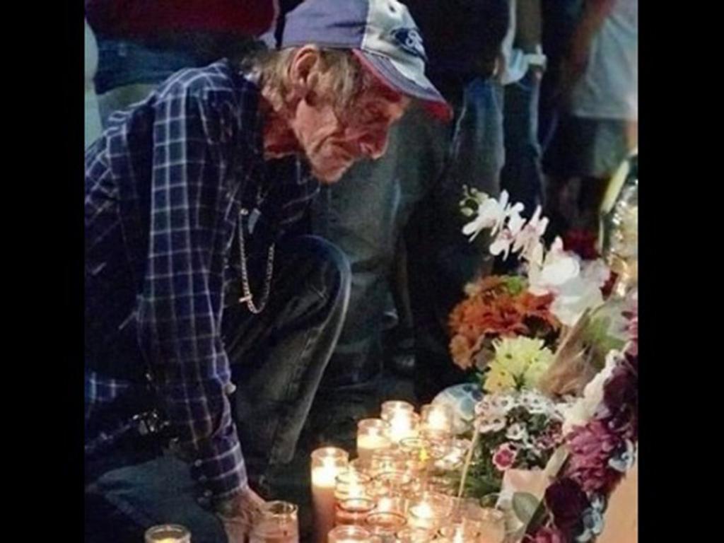 Arropan fronterizos a Antonio; perdió a su esposa en tiroteo de Walmart