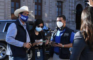 Javier Corral, rodeado por reporteros