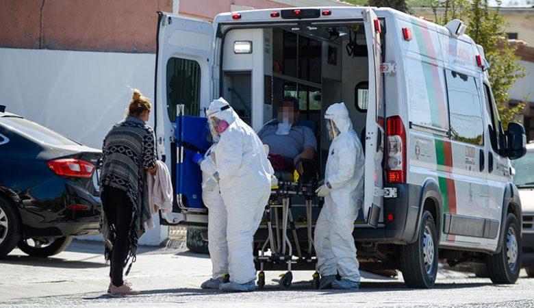 paramédicos llevan en camilla a contagiado de coronavirus o Covid-19