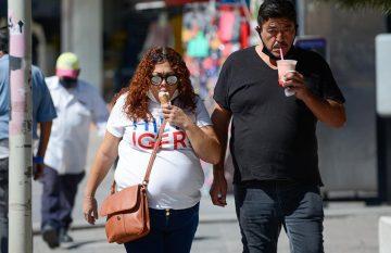 Pareja sin cubrebocas en el Centro de Juárez
