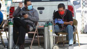 personas con tanques de oxígeno