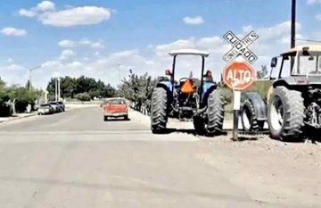 tractores bloquean las vías del tren