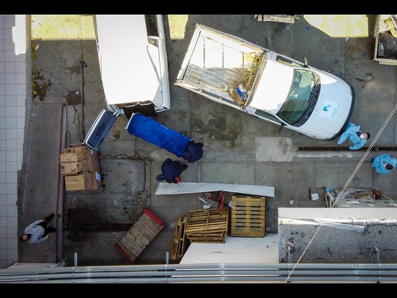 Enfermeros suben cuerpo a carroza fúnebre, en el Hospital General (HG)