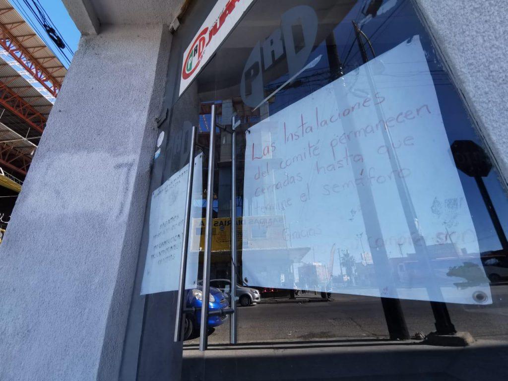 Mensaje colocado en la entrada de la sede del PRI, en el Centro de la ciudad