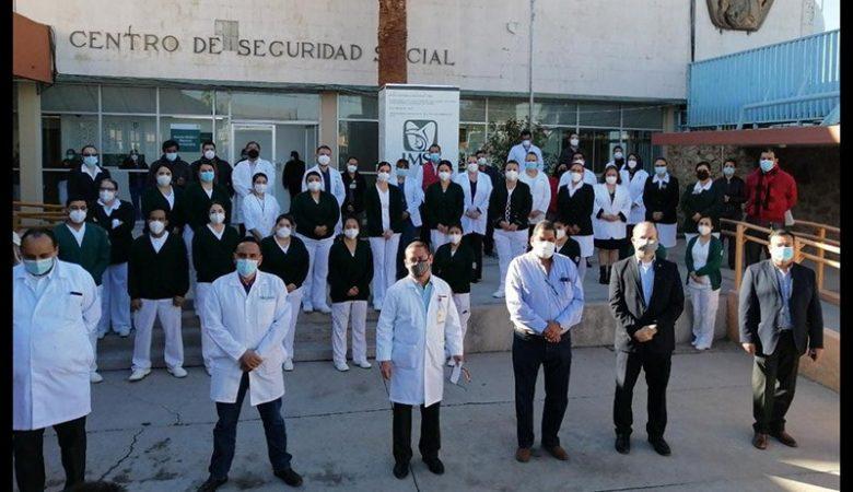 Personal de salud afuera de la Casa de la Asegurada, centro Covid