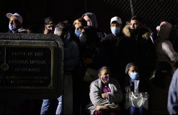 Cubanos varados en el puente internacional Santa Fe