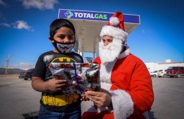 Entrega de juguetes por Navidad en TotalGas de Santiago Troncoso