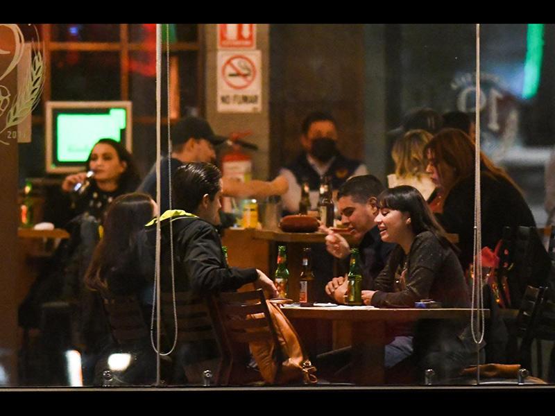Comensales en uno de los restaurantes-bar del paseo de la Victoria. A pesar de que hay restricciones en cuanto al aforo y distancia, en la imagen no se aprecian