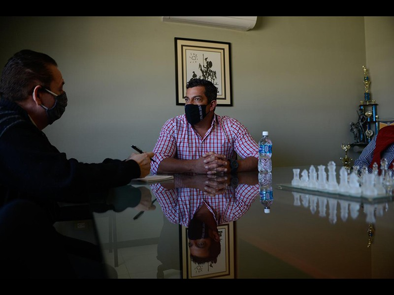 Ricardo Peralta (camisa a cuadros), líder de la Alianza Patriótica por la 4T, en entrevista exclusiva con Norte Digital