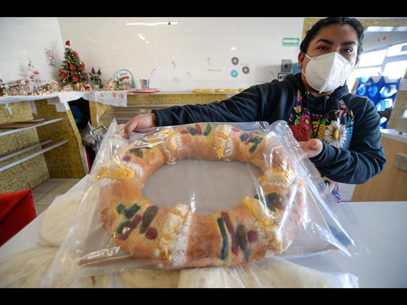 Panadera con una rosca el Día de los Reyes Magos