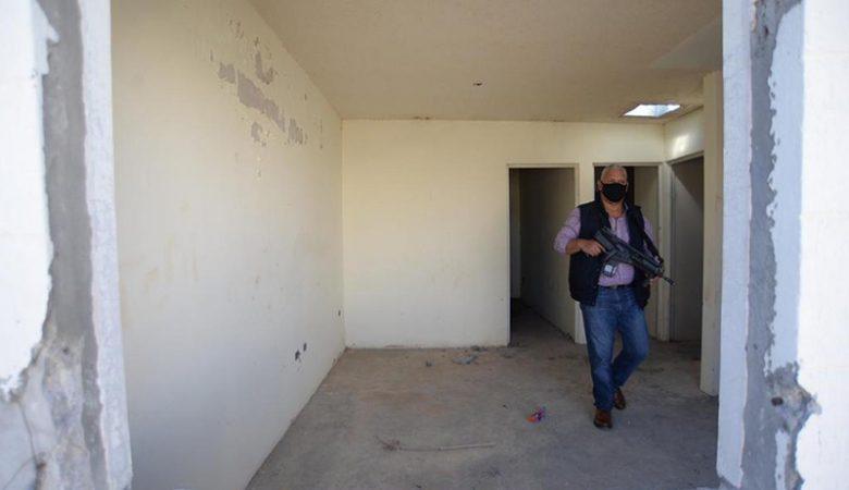 Agente realiza un recorrido en tapias, donde se han encontrado cuerpos sin vida