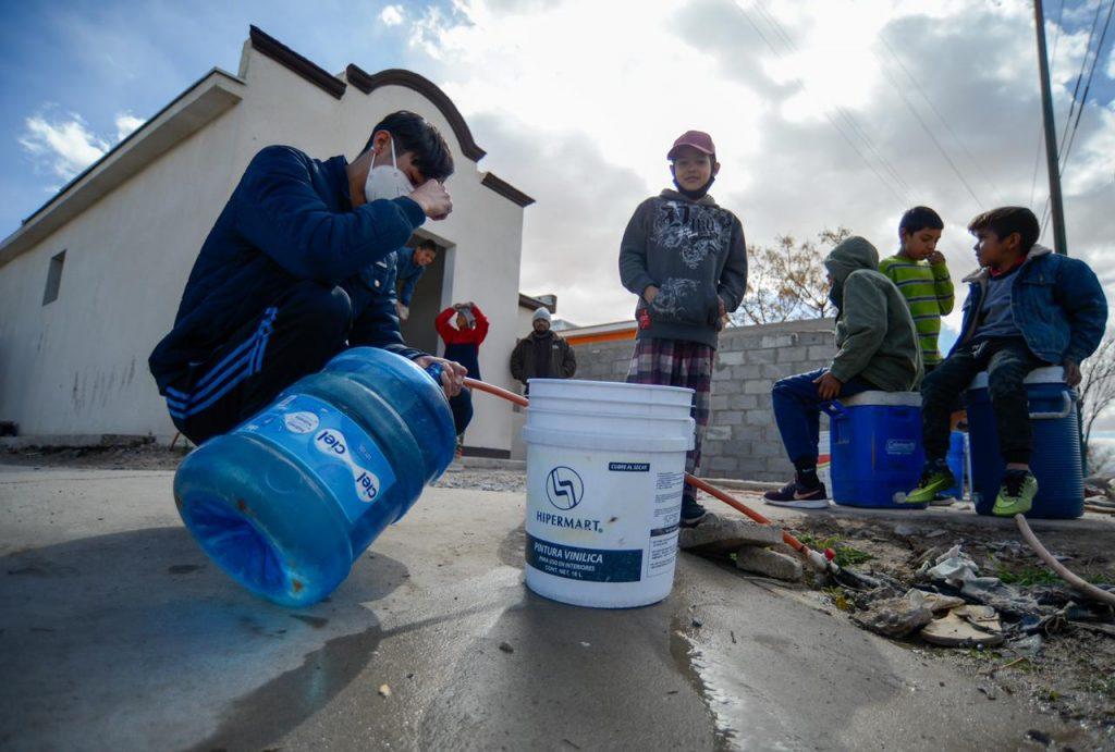 A raíz del clima extremo del pasado fin de semana, gente de Riberas del Bravo tuvo que ingeniárselas para asegurar tener agua en sus casa