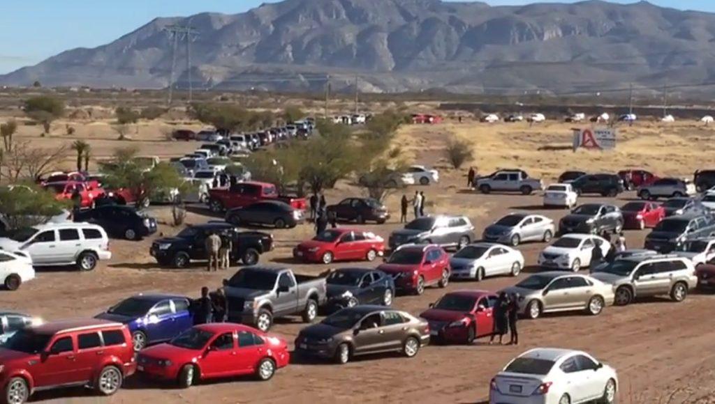 Autos de la caravana que protestó en la ciudad de Chihuahua por la crisis en Pensiones Civiles
