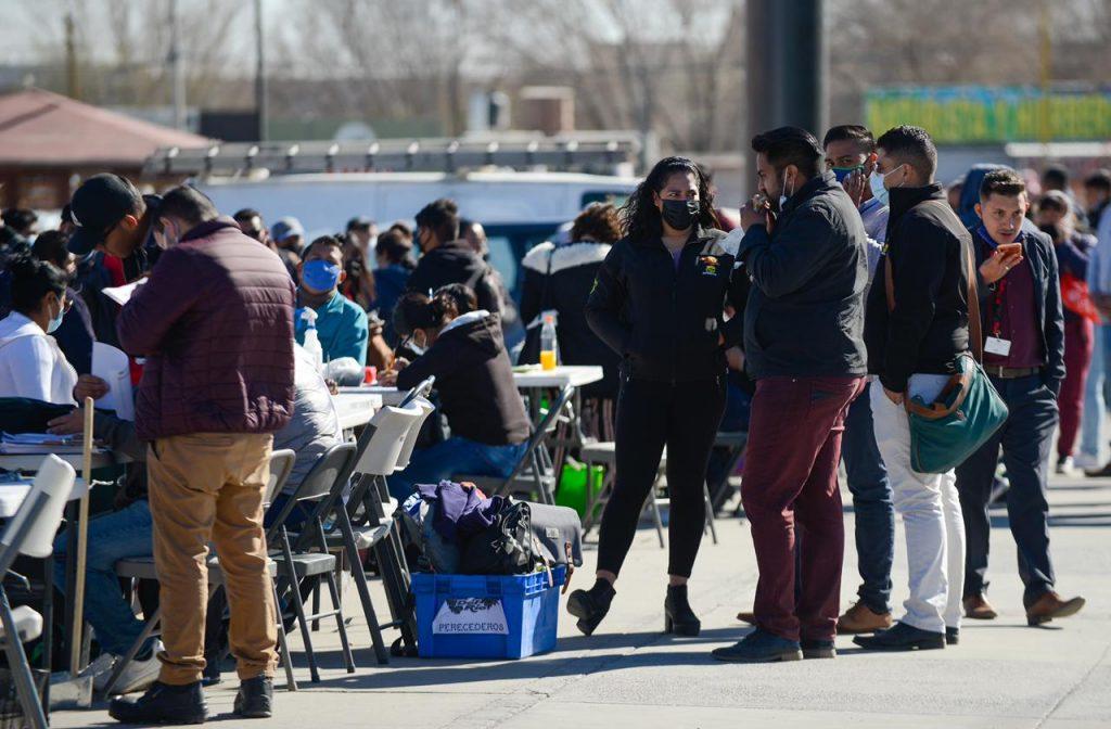 Gente en fila para solicitar empleo en maquiladoras