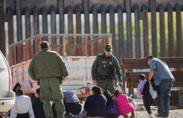 Migrantes detenidos buscan asilo en EU