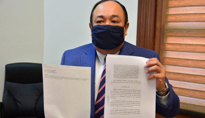 Jorge Espinoza con el dictamen que negó el amparo a César Duarte