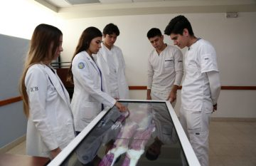 Alumnos de la UACJ con la Anatomage Table