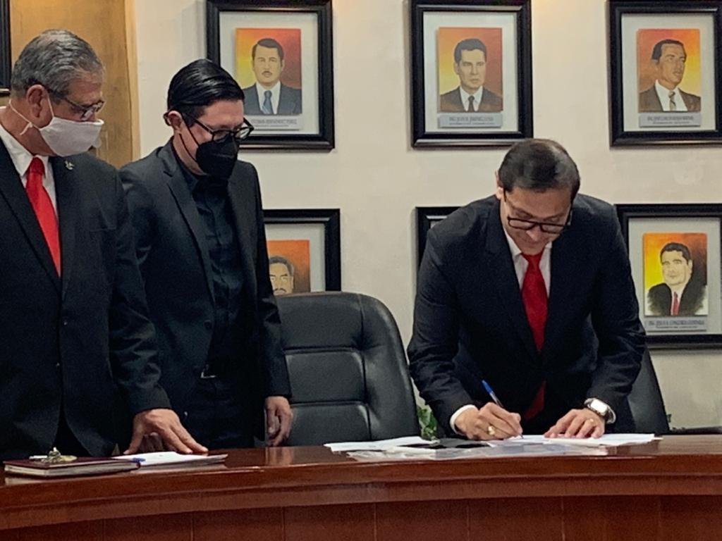 El director Hermenegildo Lagarda, el notario público Alejandro Álvarez y Norberto López Garza, jefe del departamento de Comunicación y Difusión del Instituto Tecnológico de Ciudad Juárez