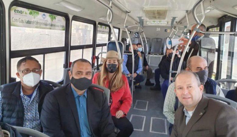 Funcionarios en unidad de Volvo para el BRT