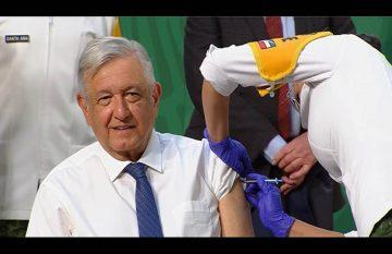 AMLO aplicándose la vacuna de AstraZeneca