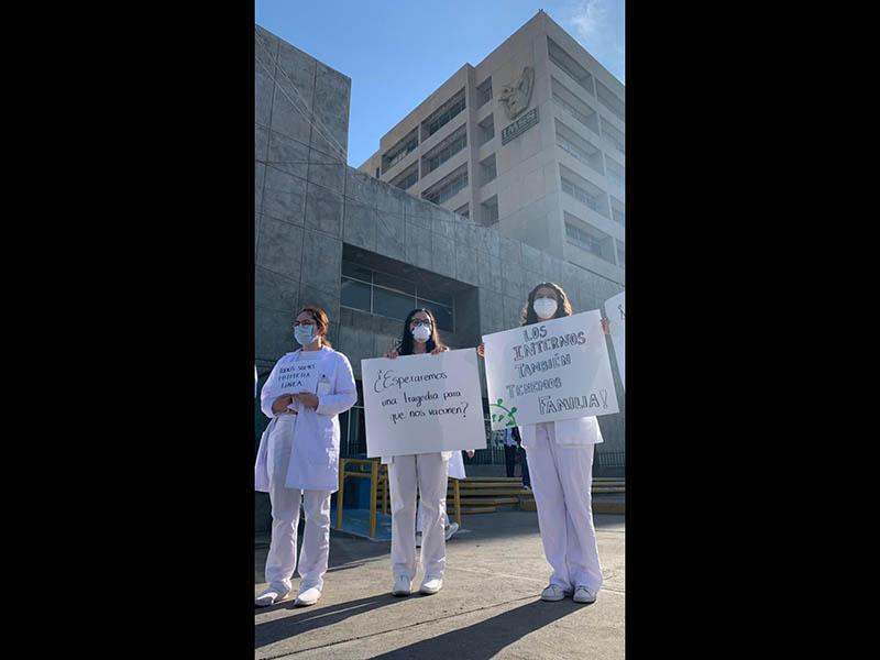 Médicos internos protestan para que les pongan la vacuna Covid
