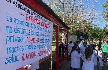 Médicos privado durante protesta por la falta de vacunas Covid