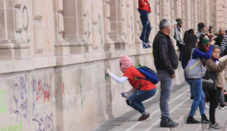 Pintas en Palacio de Gobierno durante la marcha del 8M