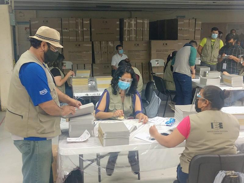 Personal de la AMEJ contando y sellando las boletas para la elección de junio