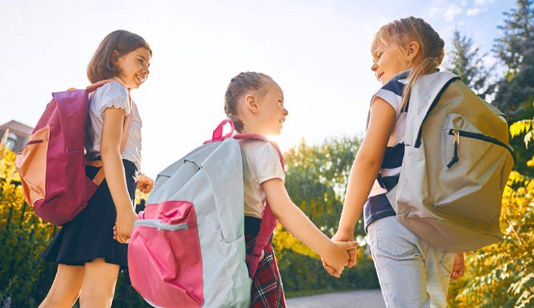 Niños y mochilas