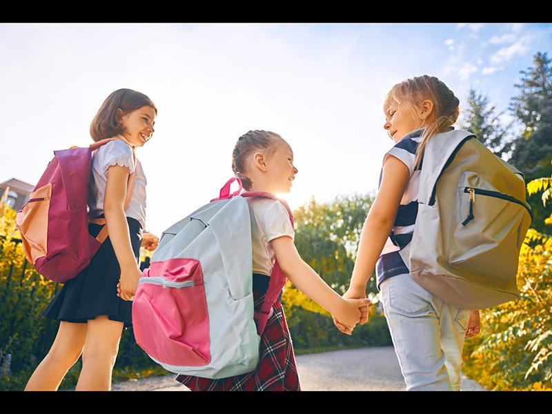 mochila y niños